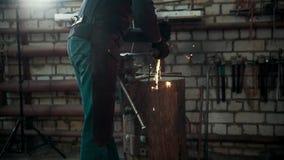 Αλέθοντας εργαλεία μετάλλων με τα σπινθηρίσματα - σφυρηλατήστε το εργαστήριο απόθεμα βίντεο