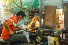Αλέθοντας ξίφος κατασκευαστών ξιφών με την αλέθοντας μηχανή Στοκ Φωτογραφία