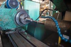Αλέθοντας στις εσωτερικές αλέθοντας εργαλειομηχανές των προϊόντων μετάλλων, με την υδρόψυξη στοκ φωτογραφία