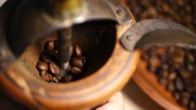 Αλέθοντας φασόλια καφέ Barista με τον παλαιό χειρωνακτικό καφέ απόθεμα βίντεο