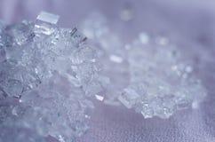 Αλατισμένα κρύσταλλα στο ρόδινο υπόβαθρο Στοκ Εικόνα