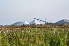 Αλατισμένες εργασίες, βιομηχανικές εγκαταστάσεις με τους άσπρους σωρούς της θάλασσας Camagrue sa Στοκ φωτογραφία με δικαίωμα ελεύθερης χρήσης