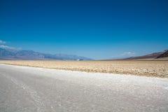 Αλατισμένες πεδιάδες στη λεκάνη Badwater, κοιλάδα θανάτου, Νεβάδα στοκ εικόνα