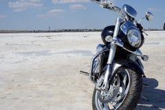 Αλατισμένη λίμνη, άλας, λίμνη Baskunchak στη Ρωσία, μοτοσικλέτα στοκ εικόνες