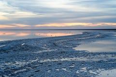 Αλατισμένη λίμνη Ηλιοβασίλεμα βραδιού με τον όμορφους ουρανό και το νερό στοκ φωτογραφία με δικαίωμα ελεύθερης χρήσης