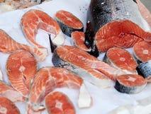 Αλατισμένος ακατέργαστος σολομός που πωλείται στην αγορά ψαριών στοκ φωτογραφία