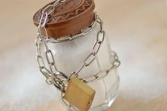 Αλατισμένος δονητής που τυλίγεται στην αλυσίδα και το λουκέτο μετάλλων - καμία αλατισμένη διατροφή ομο Στοκ εικόνες με δικαίωμα ελεύθερης χρήσης