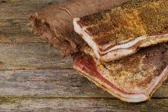 Αλατισμένο λίπος χοίρων με τα καρυκεύματα Μπέϊκον, καρυκεύματα σε έναν ξύλινο πίνακα στοκ φωτογραφίες με δικαίωμα ελεύθερης χρήσης