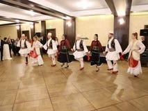 Αλβανικοί χορευτές στα παραδοσιακά κοστούμια απόθεμα βίντεο