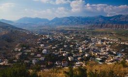 Αλβανικό τοπίο, απόμακρη άποψη σχετικά με τα βουνά και κοιλάδα με τη μικρή πόλη στοκ φωτογραφίες με δικαίωμα ελεύθερης χρήσης