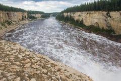 Αλεξάνδρα Falls πέφτει 32 μέτρα πέρα από τον ποταμό σανού, δίδυμα πτώσεων βορειοδυτικά εδάφη πάρκων φαραγγιών εδαφικά, Καναδάς στοκ εικόνες