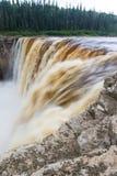 Αλεξάνδρα Falls πέφτει 32 μέτρα πέρα από τον ποταμό σανού, δίδυμα πτώσεων βορειοδυτικά εδάφη πάρκων φαραγγιών εδαφικά, Καναδάς στοκ φωτογραφία με δικαίωμα ελεύθερης χρήσης