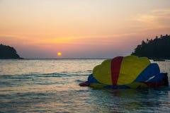 Αλεξίπτωτο στο νερό με το υπόβαθρο ηλιοβασιλέματος, ακραίος αθλητισμός, Phuk στοκ φωτογραφία