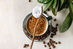Αλεξίσφαιρος καφές με το βούτυρο στοκ εικόνα