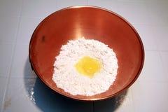 αλεύρι αυγών χαλκού κύπε&lamb Στοκ Εικόνες