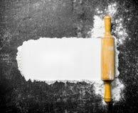 Αλεύρι με μια ξύλινη κυλώντας καρφίτσα στοκ φωτογραφίες με δικαίωμα ελεύθερης χρήσης