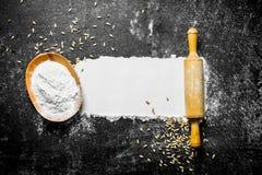 Αλεύρι με το σιτάρι και την κυλώντας καρφίτσα στοκ φωτογραφία με δικαίωμα ελεύθερης χρήσης