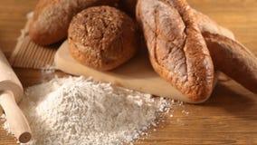 Αλεύρι με το ψωμί απόθεμα βίντεο
