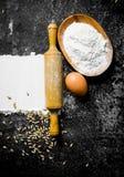 Αλεύρι σίτου με το αυγό, την κυλώντας καρφίτσα και το σιτάρι στοκ φωτογραφία με δικαίωμα ελεύθερης χρήσης