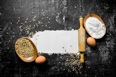 Αλεύρι σίτου με το αυγό, την κυλώντας καρφίτσα και το σιτάρι στοκ εικόνες με δικαίωμα ελεύθερης χρήσης