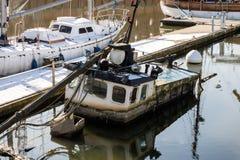 αλιεία βαρκών παλαιά Ένα παλαιό βυθισμένο αλιευτικό σκάφος στο λιμένα Στοκ Φωτογραφίες