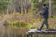 αλιεία Ο ψαράς στη δράση, άτομο κάνει ένα απόρριμμα με την περιστροφή της ράβδου στοκ φωτογραφία με δικαίωμα ελεύθερης χρήσης
