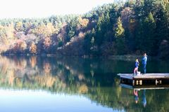 Αλιεία πατέρων και κορών στοκ εικόνες