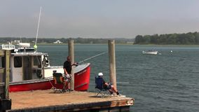 Αλιεία στην αποβάθρα σημείου πεύκων απόθεμα βίντεο