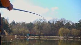 Αλιεία στη λίμνη άνοιξη απόθεμα βίντεο