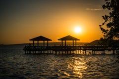 Αλιεία της αποβάθρας στο ηλιοβασίλεμα στοκ εικόνα