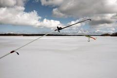 Αλιεία της ράβδου για το χειμώνα που αλιεύει με balancer Στοκ Εικόνες