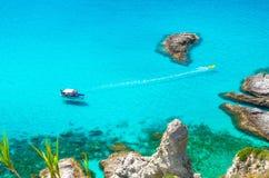 Αλιεία του γιοτ με τις σκιές στην κλίση κατώτατων πανιών και της λαστιχένιας βάρκας με τη βιασύνη ιχνών στα κύματα της μπλε κυανή στοκ εικόνες