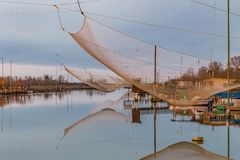 Αλιεία των καλυβών στη λιμνοθάλασσα θαλάσσιου νερού Στοκ Εικόνες