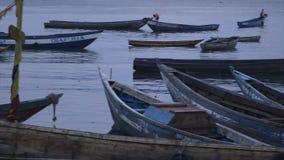 Αλιεία των κανό στην ακτή, λιμένας του Κόνακρι απόθεμα βίντεο