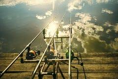 Αλιεία των ράβδων με την περιστροφή και το εξέλικτρο στοκ εικόνες