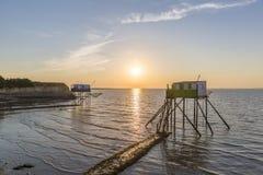 Αλιεία των σπιτιών στην κυρία νησί στο ηλιοβασίλεμα στοκ φωτογραφία με δικαίωμα ελεύθερης χρήσης