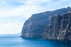 Αλιευτικά σκάφη και δίχτυα κοντά στους απότομους βράχους Los Gigantes, Tenerife, Ισπανία arial όψη Στοκ φωτογραφία με δικαίωμα ελεύθερης χρήσης