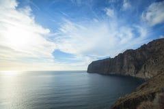 Αλιευτικά σκάφη και δίχτυα κοντά στους απότομους βράχους Los Gigantes, Tenerife, Ισπανία arial όψη Στοκ εικόνα με δικαίωμα ελεύθερης χρήσης