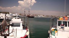 Αλιευτικά σκάφη κοντά στην αποβάθρα, στάθμευση της αλιείας των σκαφών, των σκαφών αναψυχής και των αλιευτικών σκαφών στο λιμάνι απόθεμα βίντεο