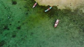 Αλιευτικά σκάφη κοντά στο σκόπελο Όμορφη εναέρια άποψη των αλιευτικών σκαφών που επιπλέουν στο μπλε θαλάσσιο νερό κοντά στη μεγαλ απόθεμα βίντεο