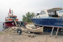 Αλιευτικά σκάφη, ξύλινα βάρκες και σκάφη στον ανελκυστήρα σε ένα ναυπηγείο σε Bodrum, Τουρκία Στοκ εικόνες με δικαίωμα ελεύθερης χρήσης