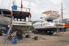 Αλιευτικά σκάφη, ξύλινα βάρκες και σκάφη στον ανελκυστήρα σε ένα ναυπηγείο σε Bodrum, Τουρκία Στοκ Εικόνες