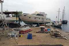 Αλιευτικά σκάφη, ξύλινα βάρκες και σκάφη στον ανελκυστήρα σε ένα ναυπηγείο σε Bodrum, Τουρκία Στοκ φωτογραφία με δικαίωμα ελεύθερης χρήσης