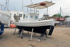 Αλιευτικά σκάφη, ξύλινα βάρκες και σκάφη στον ανελκυστήρα σε ένα ναυπηγείο σε Bodrum, Τουρκία Στοκ Φωτογραφίες