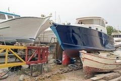 Αλιευτικά σκάφη, ξύλινα βάρκες και σκάφη στον ανελκυστήρα σε ένα ναυπηγείο σε Bodrum, Τουρκία Στοκ φωτογραφίες με δικαίωμα ελεύθερης χρήσης