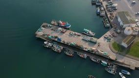 Αλιευτικά σκάφη που προσορμίζονται στην αποβάθρα στην Πορτογαλία Κηφήνας που πυροβολείται υπερυψωμένος του λιμενοβραχίονα με τα δ φιλμ μικρού μήκους