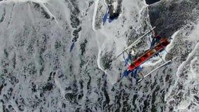 Αλιευτικά σκάφη που συντρίβονται από τα κύματα θάλασσας στην παραλία στο νησί του Μπαλί απόθεμα βίντεο