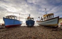 Αλιευτικά σκάφη στην παραλία στην μπύρα στο Devon Στοκ φωτογραφία με δικαίωμα ελεύθερης χρήσης
