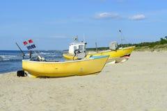 Αλιευτικά σκάφη στη βαλτική παραλία στοκ φωτογραφίες