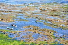 Αλιευτικά σκάφη στους σκοπέλους στη θάλασσα Στοκ φωτογραφίες με δικαίωμα ελεύθερης χρήσης
